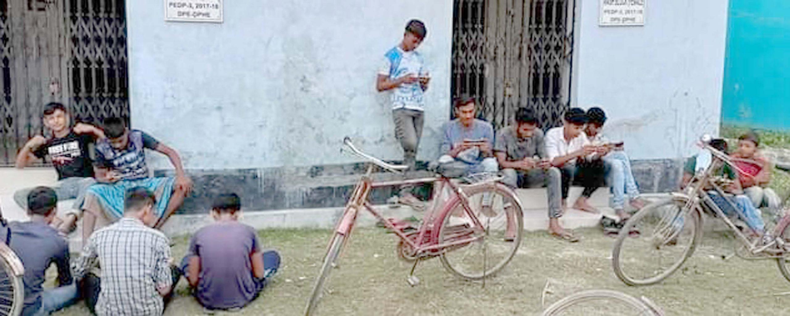 শিশু-কিশোররা ঝুকে পড়ছে মোবাইল গেম আসক্তিতে